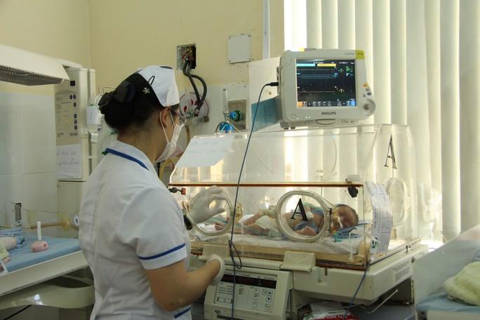 Cháu Y Đa Phúc Byă đang điều trị uốn ván do khi sinh tại nhà được cắt rốn bằng dao lam