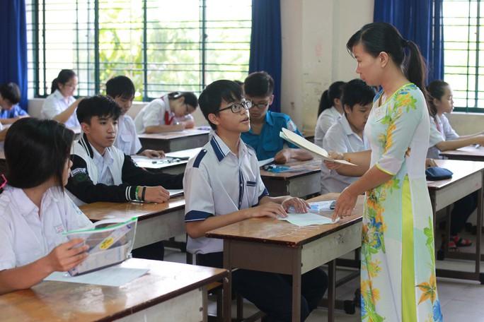 Tăng lương giáo viên, miễn học phí đến lớp 9 - Ảnh 1.