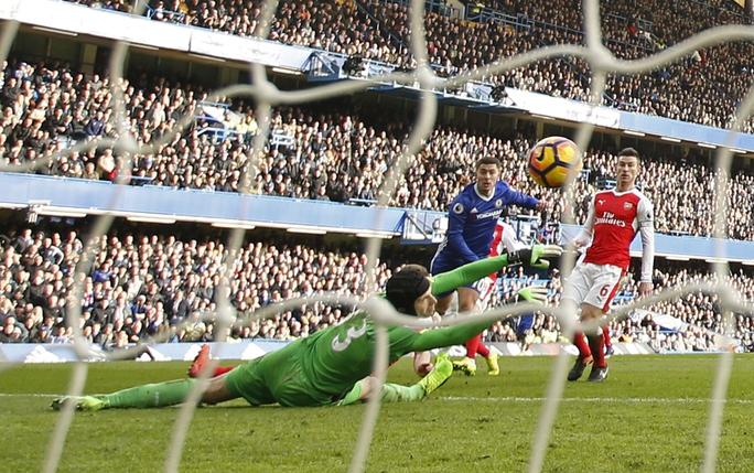 Siêu phẩm của Hazard đầu hiệp 2 dập tắt hy vọng có điểm của Arsenal tối 4-2 Ảnh: REUTERS