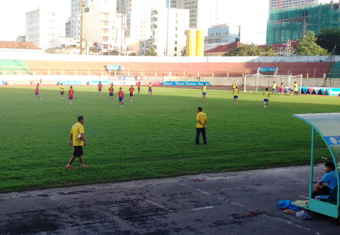 Đội bóng Sanna Khánh Hòa BVN tập luyện trên sân vận động 19-8 Ảnh: Kỳ Nam