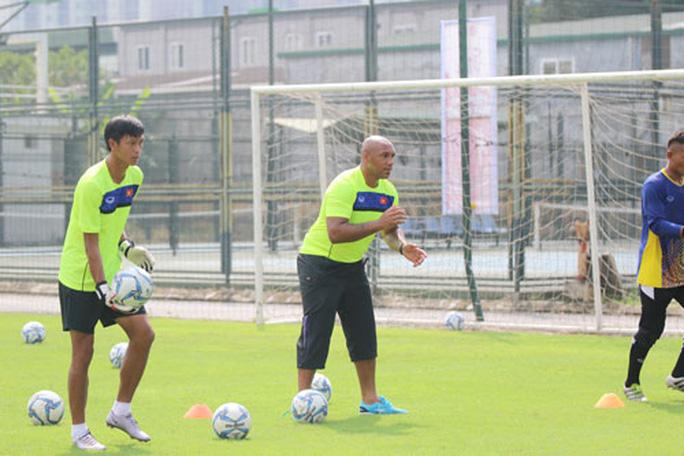 Chắn yếu huyệt của bóng đá Việt - Ảnh 1.