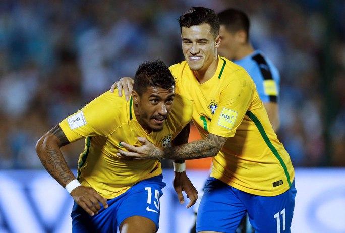 Paulinho (trái) bất ngờ trở thành tiền vệ chơi hiệu quả nhất của tuyển BrazilẢnh: REUTERS