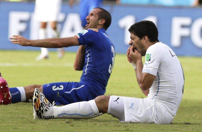 Suarez (phải) sau cú cắn vai Chiellini ở VCK World Cup 3 năm trước Ảnh: REUTERS