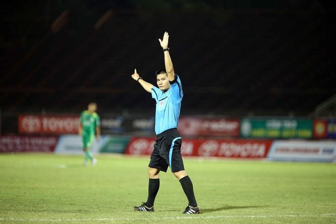 Trọng tài Hoàng Phạm Công Khanh điều hành khá tốt trận XSKT Cần Thơ thua Long An 1-2 ở vòng 1 Ảnh: Quang Liêm