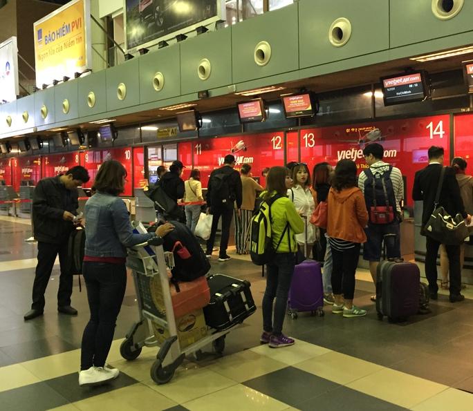 Hành khách làm thủ tục tại sân bay quốc tế Nội Bài Ảnh: Phương Anh