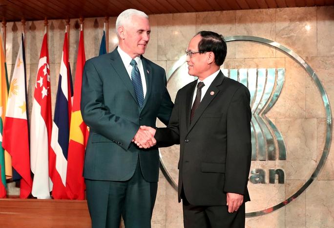 Tổng Thư ký ASEAN Lê Lương Minh tiếp Phó Tổng thống Mỹ Mike Pence tại thủ đô Jakarta - Indonesia hôm 20-4 Ảnh: REUTERS