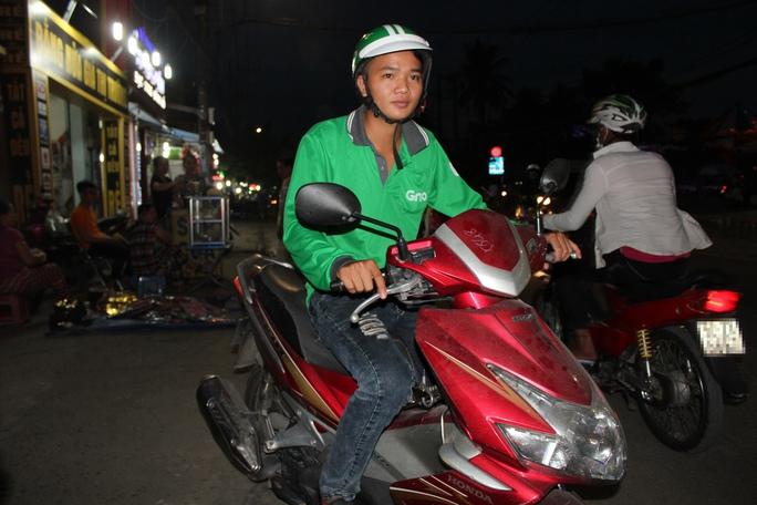 Anh Phạm Chí Công chạy GrabBike kiếm thêm thu nhập