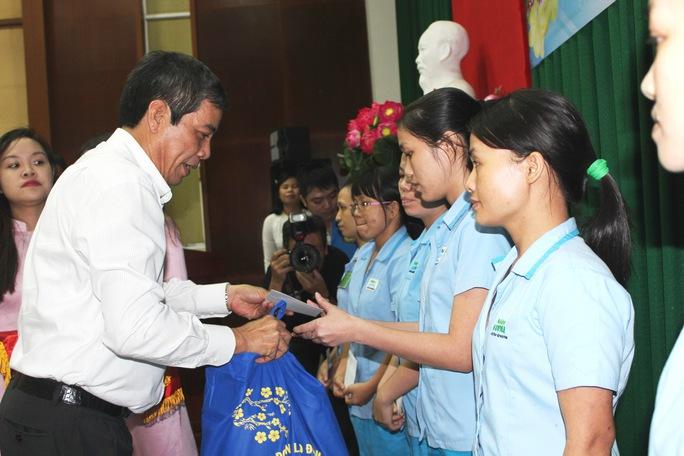Ông Nguyễn Văn Khải, Phó Chủ tịch Thường trực LĐLĐ TP HCM, tặng quà cho công nhân các KCX-KCN Ảnh: THANH NGA