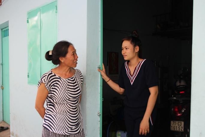 Bà Lê Phạm Ngân Hà (bên trái) thường xuyên thăm hỏi đời sống công nhân ở trọ