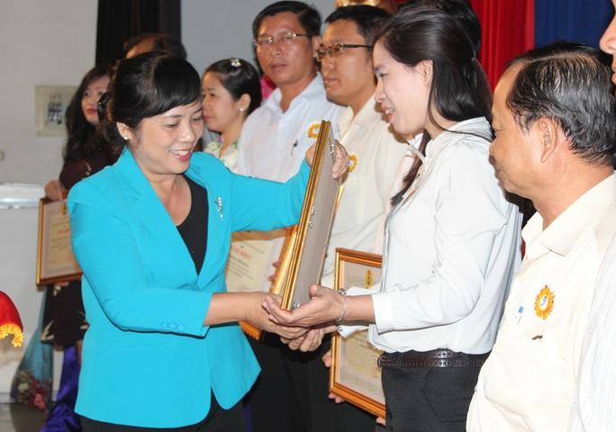 Bà Trần Kim Yến, Chủ tịch LĐLĐ TP HCM, trao bằng khen cho tập thể có thành tích tốt trong chăm lo Tết cho CNVC-LĐ