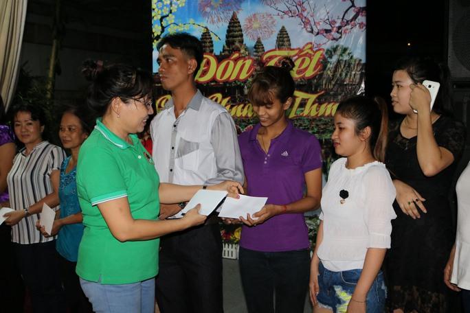 Bà Đàm Minh Hoa lì xì cho công nhân dịp Tết cổ truyền của dân tộc Khmer