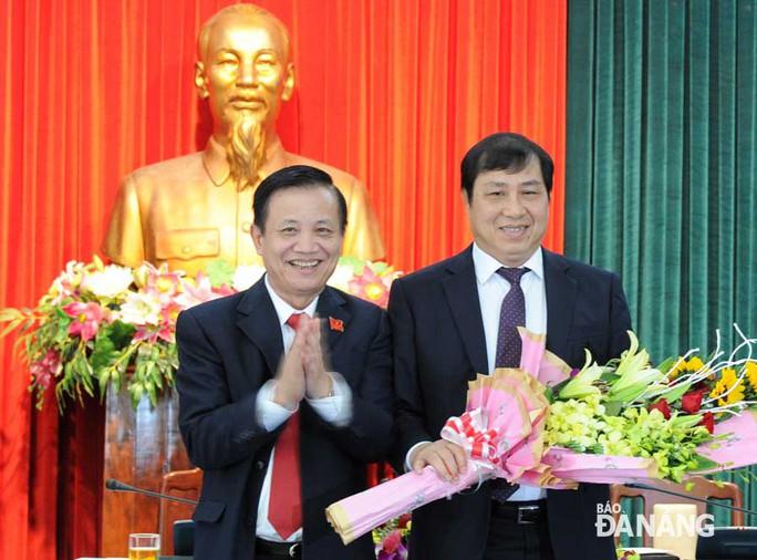 Ông Huỳnh Đức Thơ (bên phải) được bầu giữ chức Chủ tịch UBND TP Đà Nẵng ngày 26-1-2015