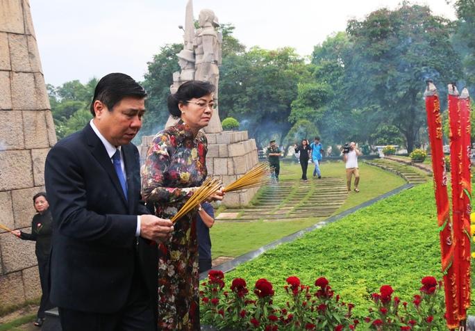 Chủ tịch HĐND TP Nguyễn Thị Quyết Tâm, Chủ tịch UBND TP Nguyễn Thành Phong thắp hương tưởng nhớ các liệt sĩ