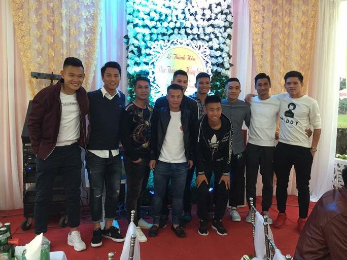 Các tuyển thủ Việt Nam ở ngoài Bắc cùng nhau đến chúc mừng ngày cưới của đồng đội Lê Văn Thắng