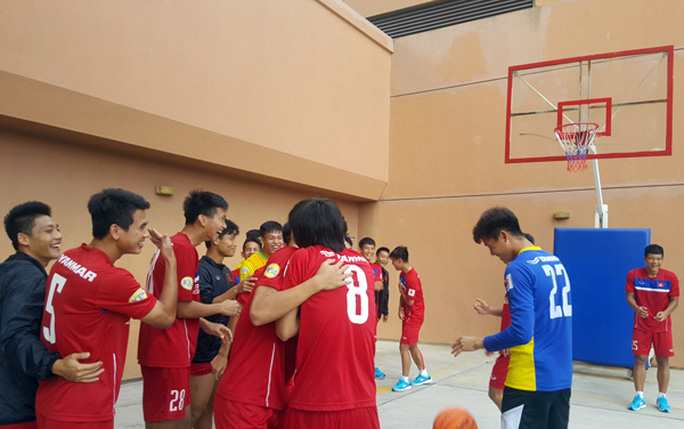 U22 Việt Nam chơi bóng rổ, Hồ Tuấn Tài cười rạng rỡ - Ảnh 4.