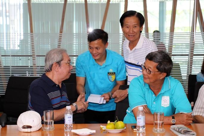 Thành Lương gửi tặng món quà Tết cho các cựu danh thủ bóng đá TP HCM
