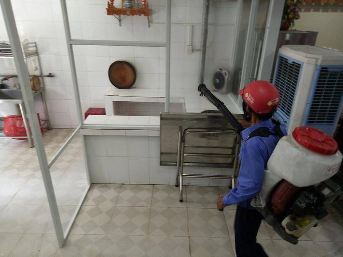 Đà Nẵng: Đình chỉ quán cơm gà làm 17 du khách ngộ độc - Ảnh 1.