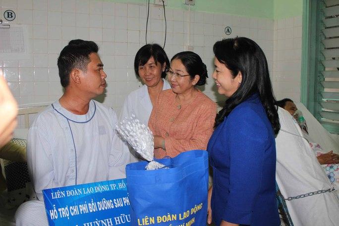 Bà Võ Thị Dung, Phó Bí thư Thành ủy TP HCM (thứ 2 từ phải sang) và bà Trần Kim Yến, Chủ tịch LĐLĐ TP HCM (bìa phải), thăm công nhân Huỳnh Hữu Nhân tại Viện Tim TPẢnh: THANH NGA
