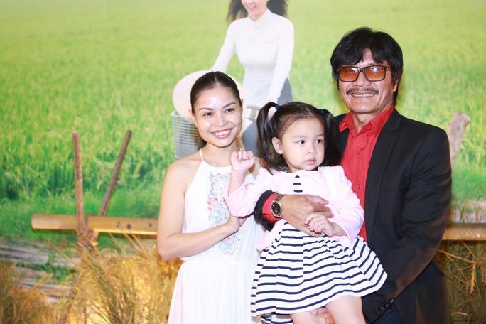 NSƯT Công Ninh và gia đình nhỏ tại buổi ra mắt phim điện ảnh có anh tham gia. Ảnh: Internet