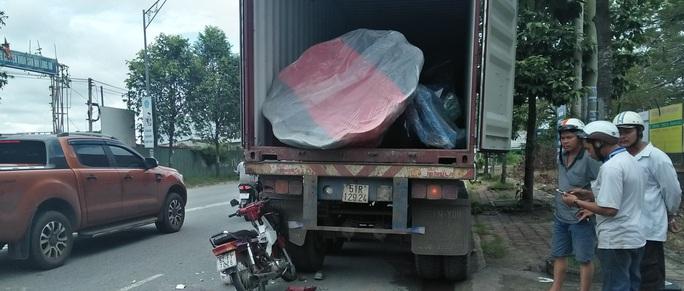 Tử vong sau khi tông vào xe container - Ảnh 1.