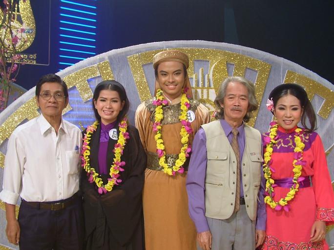 NSND đạo diễn Huỳnh Nga và NSƯT Phương Quang tham gia ban giám khảo cuộc thi Ngôi sao vọng cổ truyền hình HTV 2016 - tiền thân của cuộc thi Chuông vàng vọng cổ ngày nay