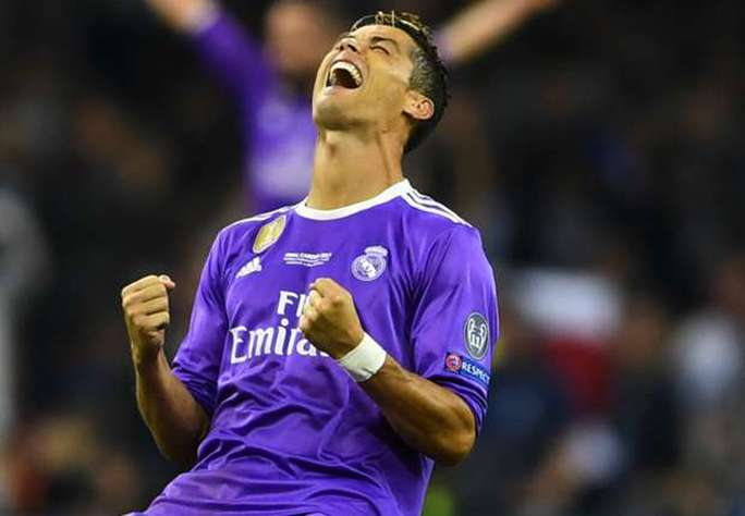 Bỏ xa Messi, Ronaldo là VĐV kiếm tiền giỏi nhất thế giới - Ảnh 1.