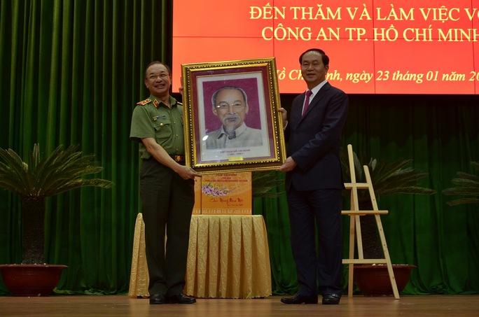 Chủ tịch nước Trần Đại Quang tặng ảnh Bác Hồ cho Công an TP HCM
