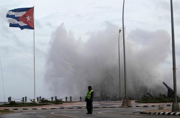 Bão Irma đã đến Mỹ, sóng cao 6 m vẫn ập vào Cuba - Ảnh 11.