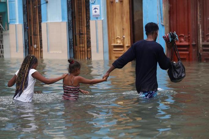 Bão Irma đã đến Mỹ, sóng cao 6 m vẫn ập vào Cuba - Ảnh 10.