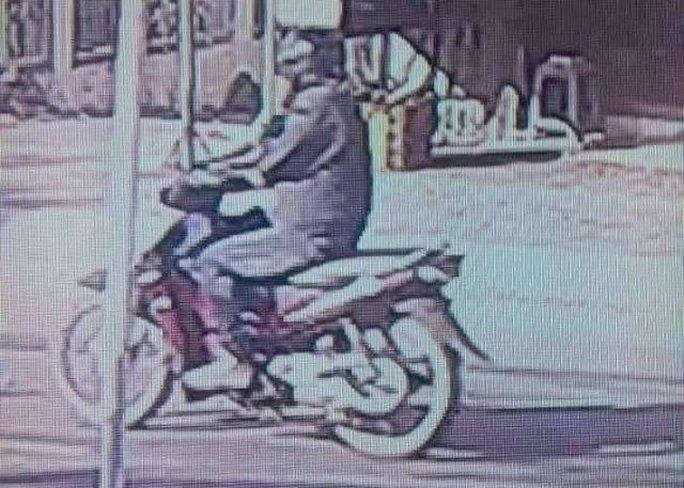 Camera của dân chụp được hình giống nghi phạm cướp ngân hàng - Ảnh 2.