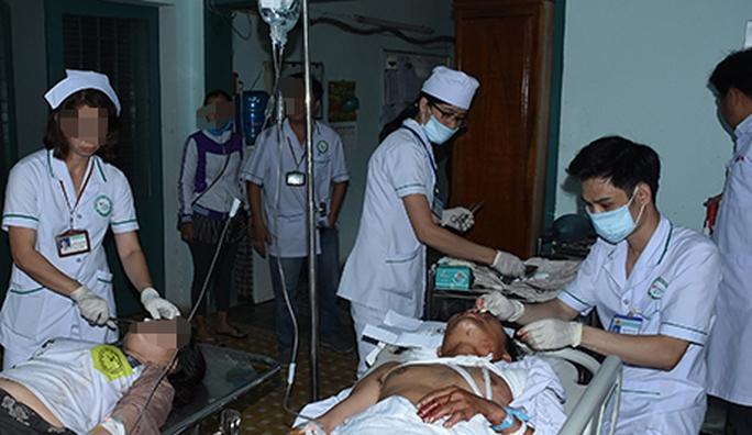 Tai nạn chết người ở Kon Tum: 24 người nghi phơi nhiễm HIV - Ảnh 1.