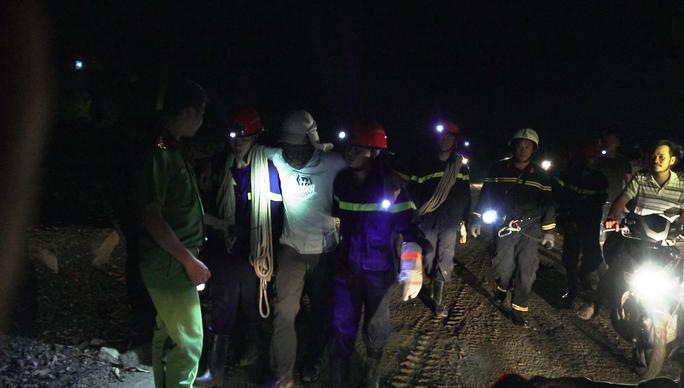 Hơn 6 giờ nghẹt thở giải cứu nạn nhân mắc kẹt trong rừng sâu - Ảnh 3.