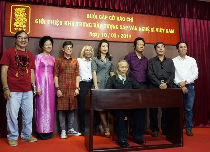 Các nghệ sĩ chụp ảnh lưu niệm với bức tượng sáp của nhạc sĩ Văn Cao