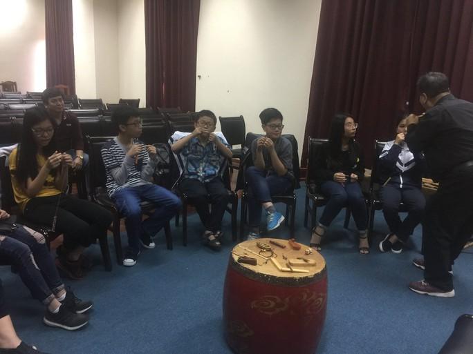 GS-TS Trần Quang Hải hướng dẫn cách thổi kèn môi cho các học viên Ảnh: Lan Nguyên
