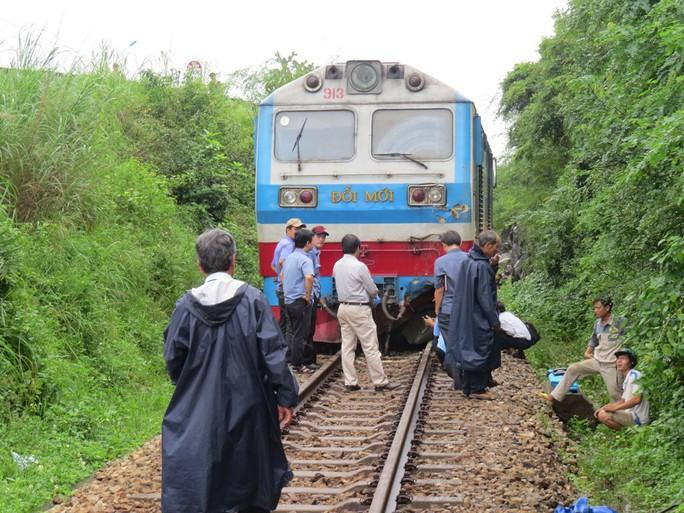 Đá đổ sập xuống đường ray làm đầu kéo tàu hỏa trật bánh  - Ảnh 1.