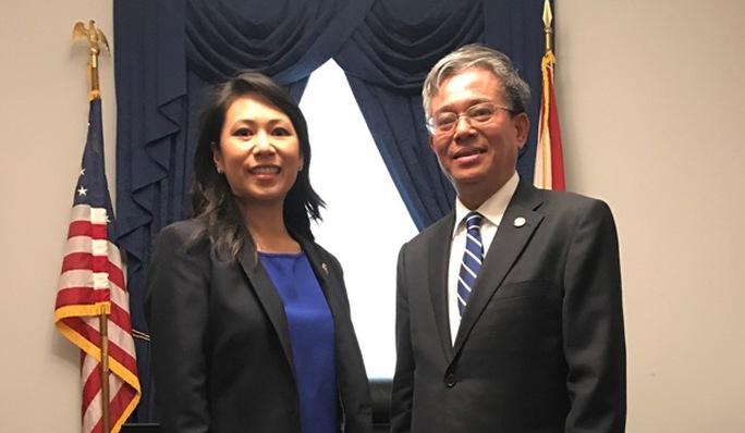 Đại sứ Việt Nam tại Mỹ Phạm Quang Vinh gặp nữ nghị sĩ người Việt đầu tiên tại Quốc hội liên bang - Hạ nghị sĩ Stephanie Murphy, Thành viên Ủy ban Quân vụ Hạ viện