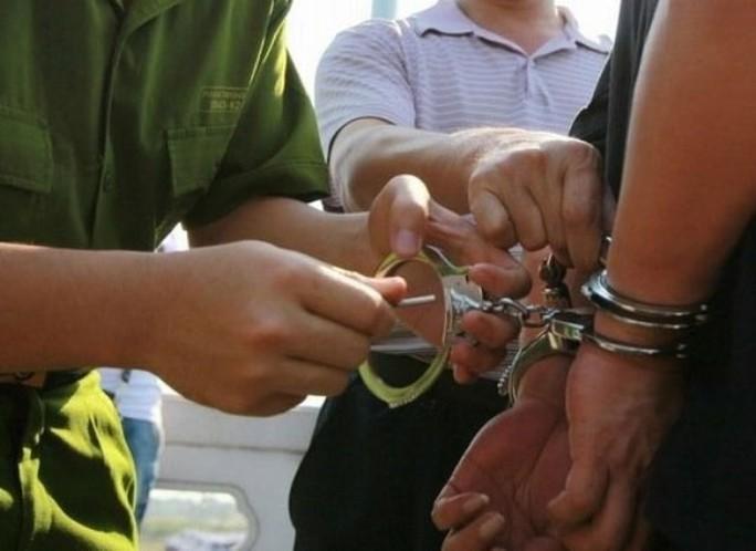 Bắt cóc tống tiền rồi đâm 2 công an bị thương - Ảnh 1.