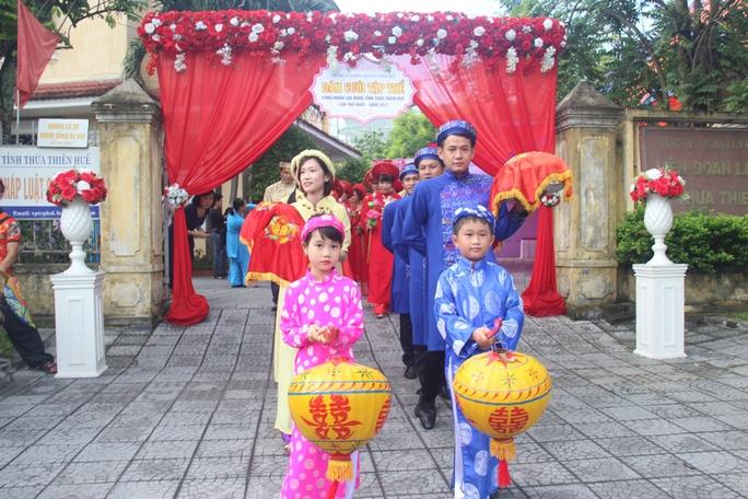 Xúc động đám cưới tập thể của những người lao động nghèo xứ Huế - Ảnh 4.