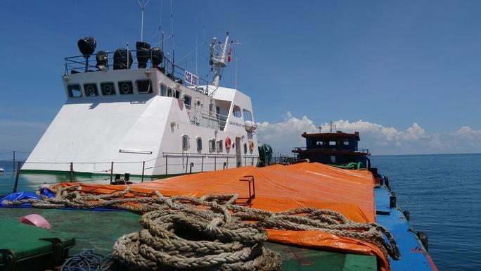 Bắt giữ 50 tấn phân bón không rõ nguồn gốc ở vùng biển Tây Nam - Ảnh 1.