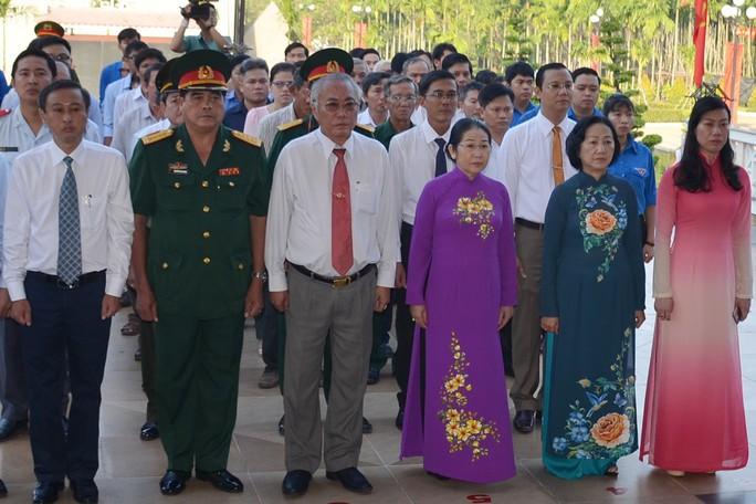 Lãnh đạo TP HCM tưởng niệm ngày Khởi nghĩa Nam kỳ - Ảnh 2.