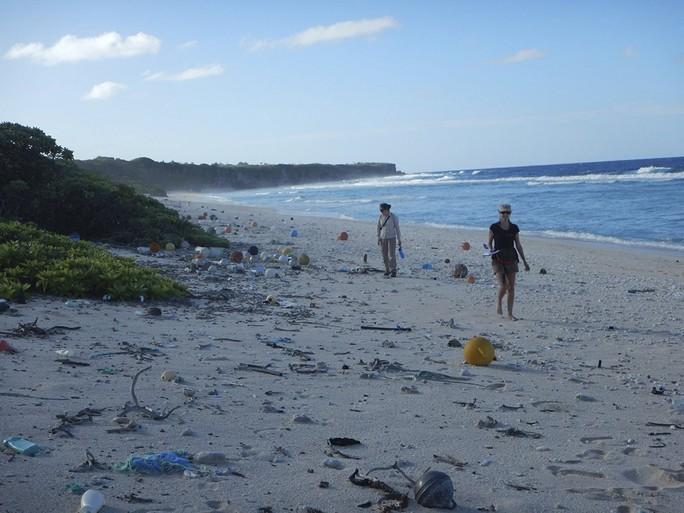 Đảo hoang ngập trong 18 tấn rác thải - Ảnh 1.