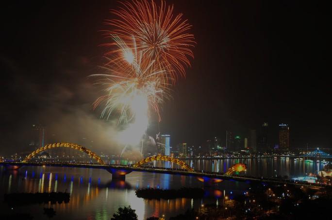Pháo hoa giữa sông Hàn đón năm mới ở Đà Nẵng - Ảnh 7.