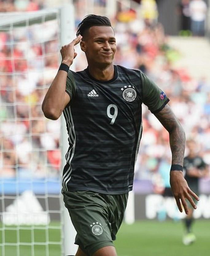 Giấu bí kíp trong vớ, thủ môn U21 Đức loại tuyển Anh ở loạt đá penalty - Ảnh 5.