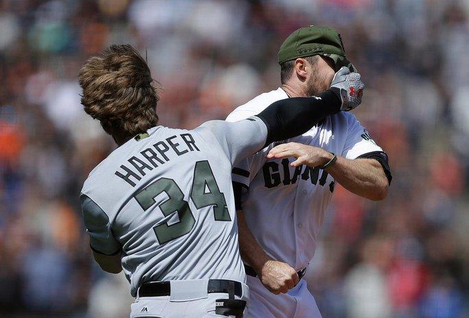 VĐV bóng chày đánh nhau như võ sĩ - Ảnh 3.