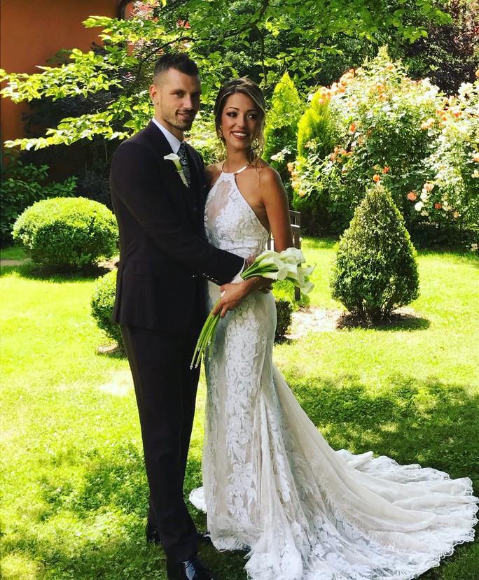 Hoành tráng mùa cưới của sao bóng đá - Ảnh 2.