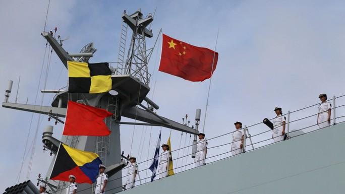 Người nhái Nhật Bản bám sát tàu chiến Trung Quốc - Ảnh 1.