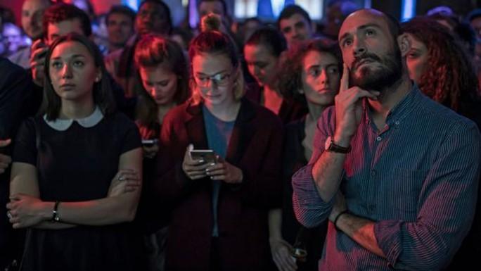 Những người ủng hộ ông Macron theo dõi cuộc tranh luận ở Paris. Ảnh: EPA