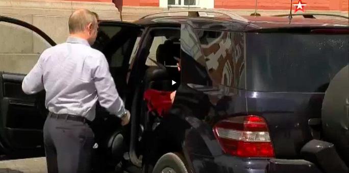Vị khách bí ẩn trong xe của ông Putin - Ảnh 2.