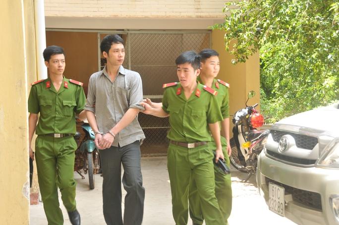 Bị cáo Nguyễn Quang Tuấn bị di lý về trại giam sau phiên tòa