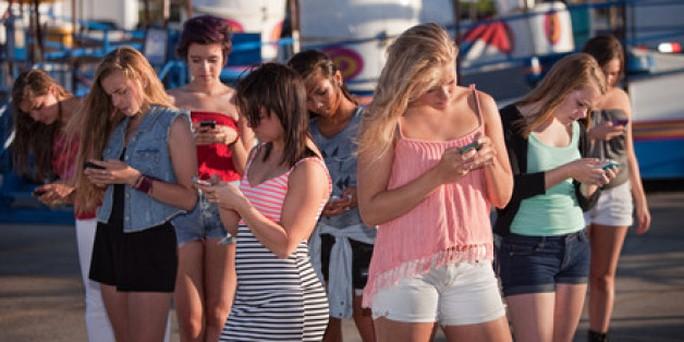 Giới trẻ đang ngày càng phụ thuộc vào điện thoại di động Ảnh: HUFFINGTON POST